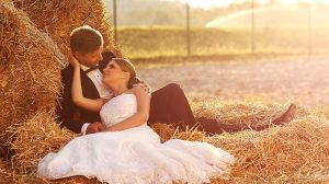 farm_wedding_haybale